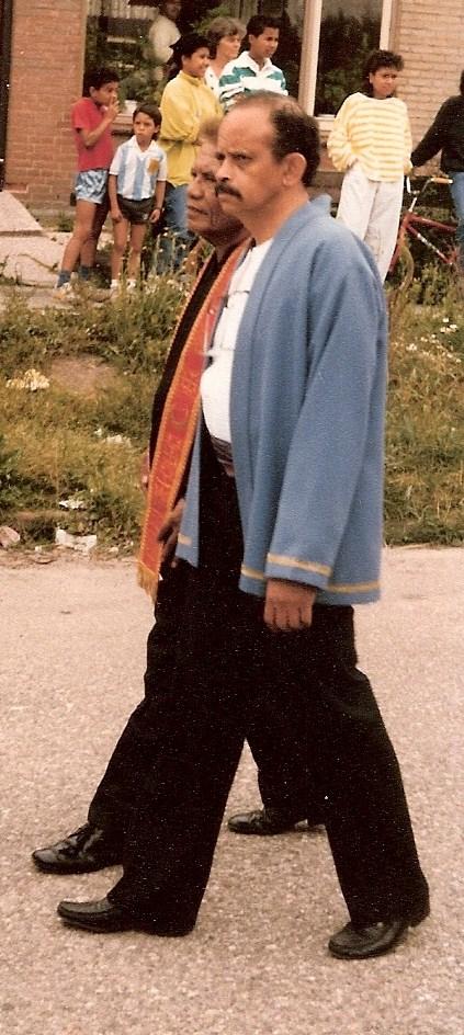 12. Upu Latu met bung Louis Lokollo in zijn rol als tuan tanah